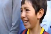 Video: Nuori poika liikuttui kyyneliin Gerard Piquen paidasta