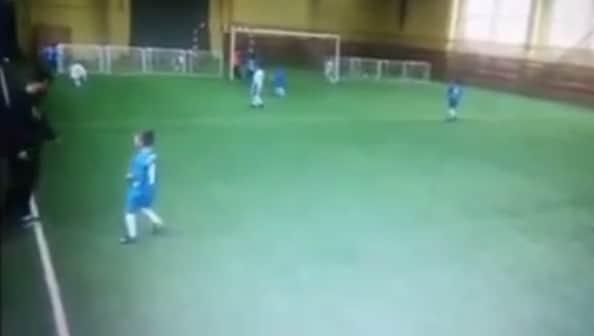 Video: Valmentaja kilahti Venäjällä - potkaisi pikkujunnulta jalat alta