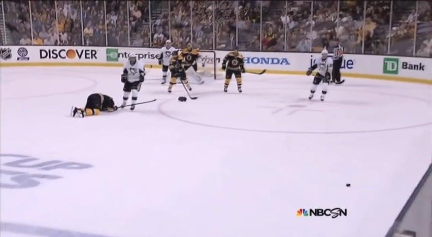 Klassikkovideo: Kova lämäri jalkaan ja murtuneella jalalla alivoimavaihto loppuun NHL:ssä