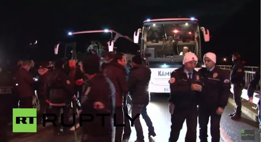 Video: Fenerbahcen bussi ammuskelun kohteena - bussinkuljettaja loukkaantui