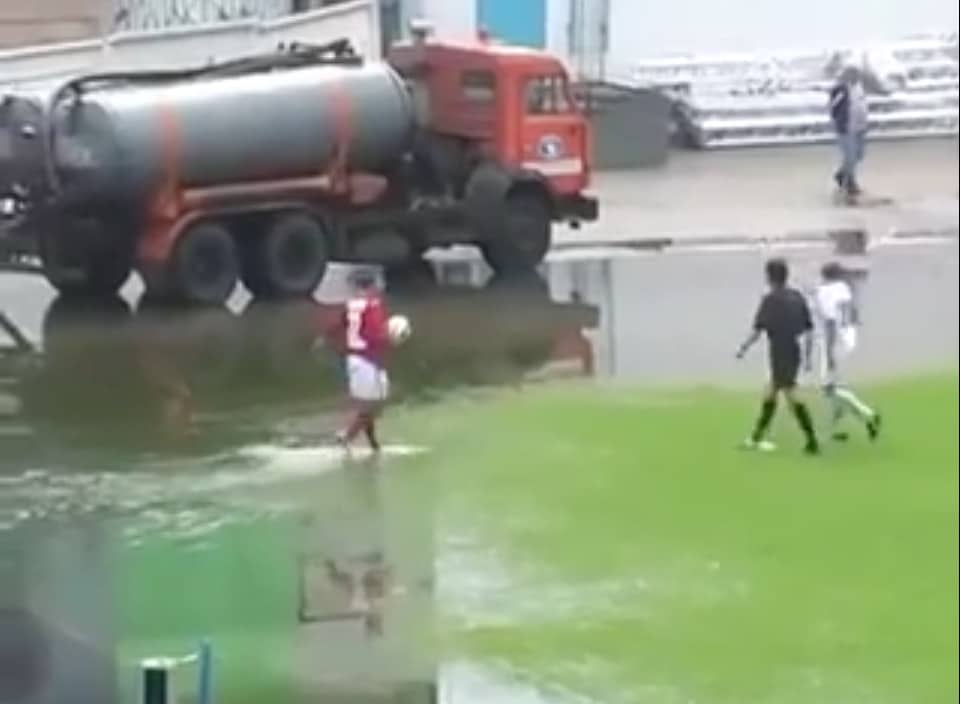 Video: Englannissa pelattiin jalkapalloa hieman sateen runtelemalla kentällä