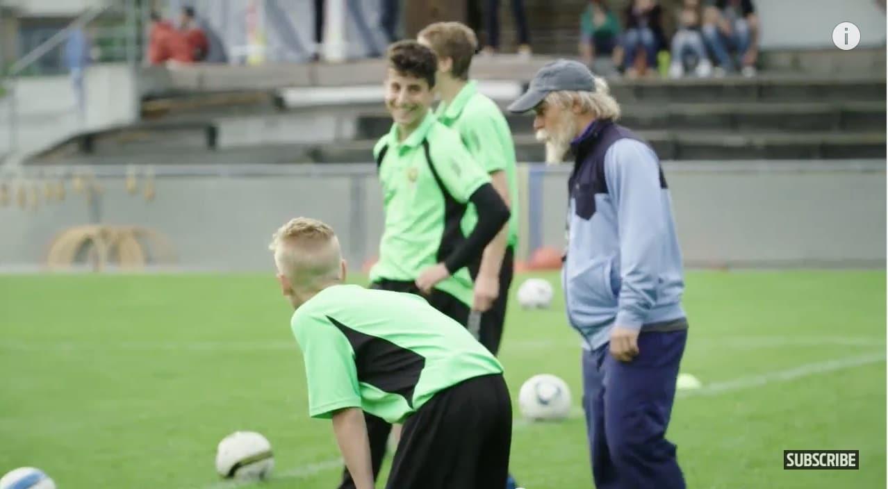 Video: Vanhukseksi pukeutunut Xherdan Shaqiri yllätti juniorijalkapalloilijat täysin