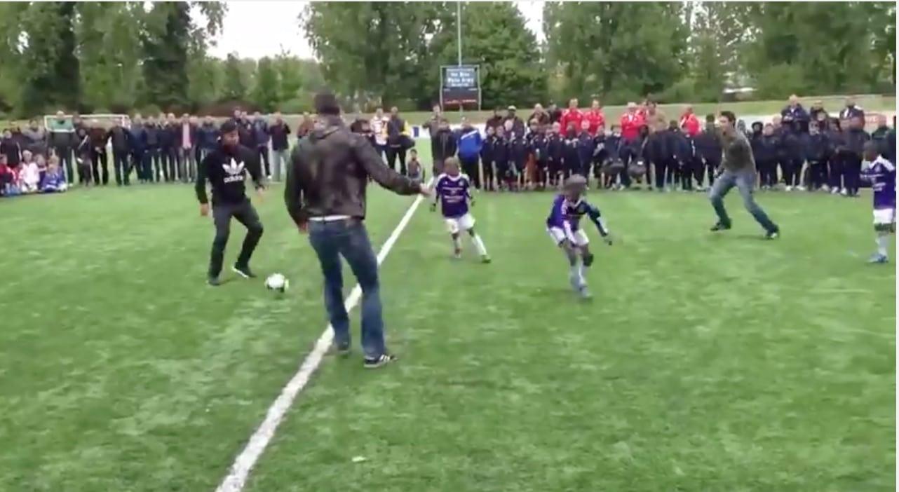 Video: Robin Van Persie leikitteli pallolla pikkupoikia vastaan