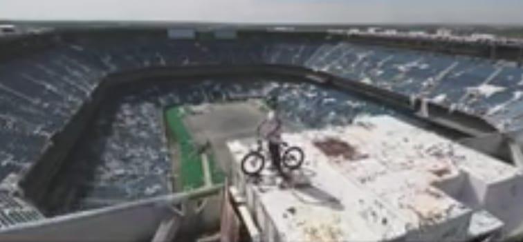 Video: BMX-lahjakkuus temppuilee jättistadionilla