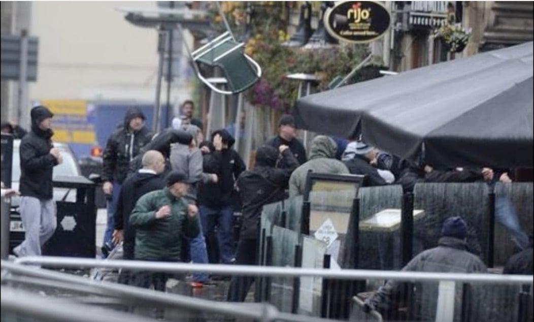 Video: Manchesterin kaduilla järkyttävä välikohtaus - Cityn ja Sevillan fanit ottivat rajusti yhteen