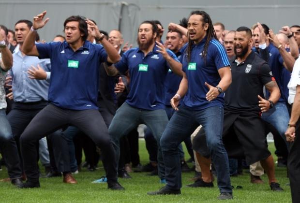 Video: Rugbylegenda Jonah Lomun hautajaisissa koskettavan upea Haka-tanssi