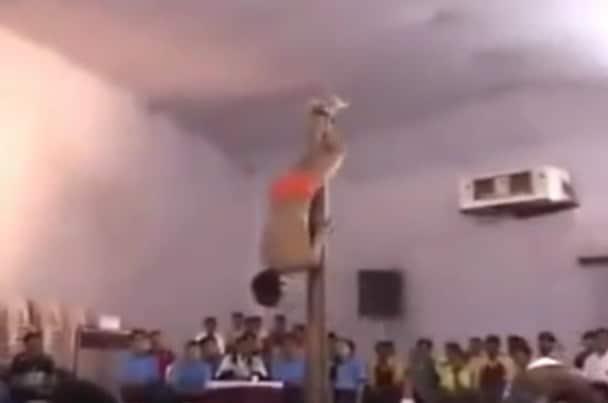 Video: Tolppatanssijamies veivaa hämmentävän hienosti