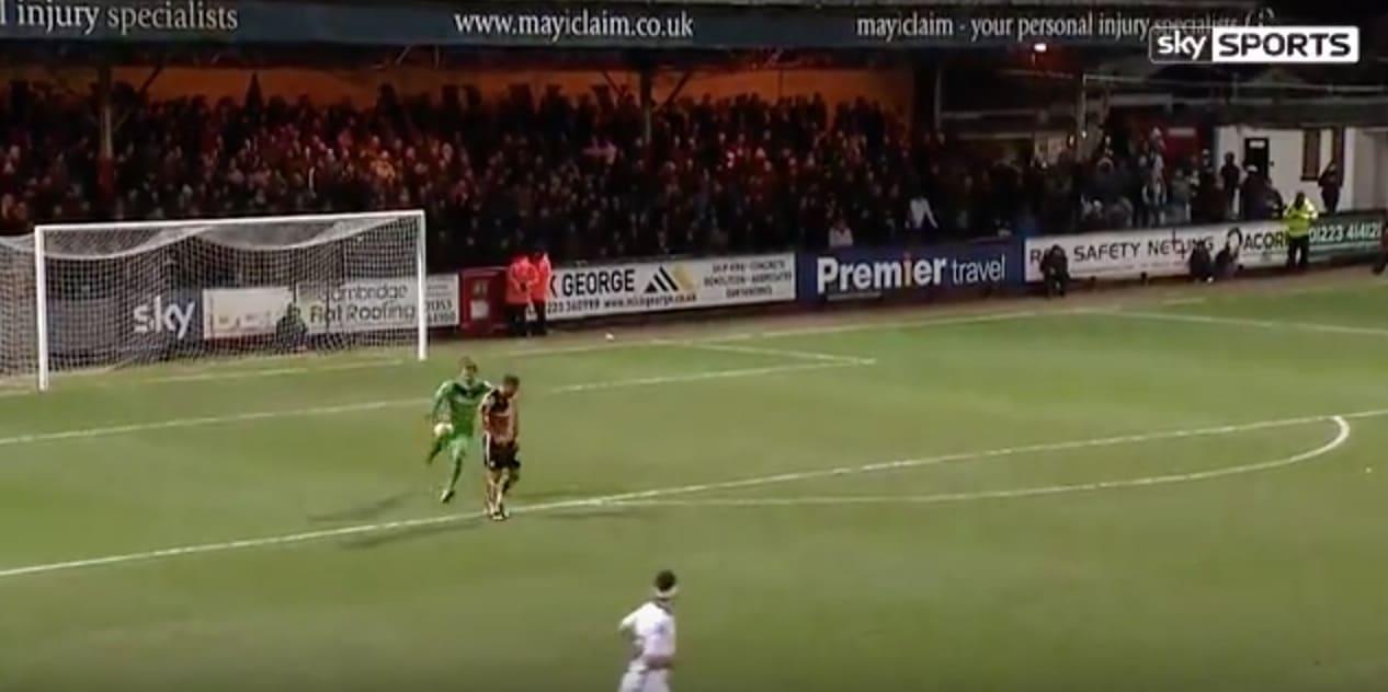 Video: Englannissa kauden omituisin maali - maalivahti potkaisi hyökkääjän selän kautta pallon omaan maaliin