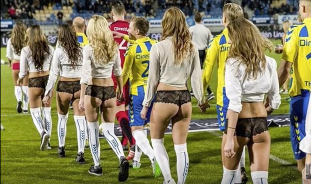 Video: Hollannissa vähän erilaiset saattajat pelaajilla – alusvaatemallit maskotteina
