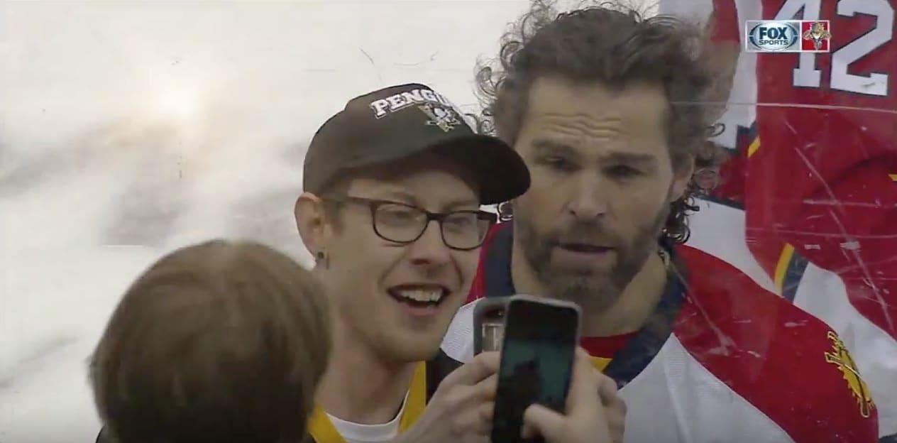 Video: Jaromir Jagr ilahdutti fania selfiellä kesken lämmittelyn