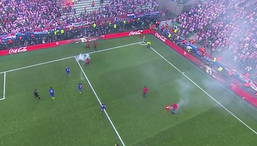 Video: Kroatian fanit sikailivat - Tshekki tasoitti keskeytyksen jälkeen