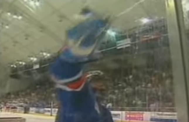 Mika Noronen tänään 40 vuotta - tässä ajaton video, kun maalituomari nolataan 100-0
