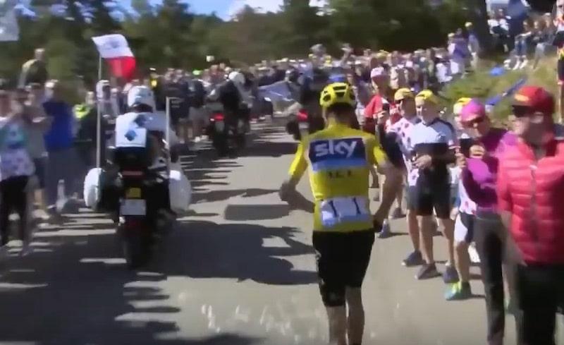 Video: Tour de Francea johtava Chris Froome törmäsi moottoripyörään – lähti juoksemaan ylämäkeä