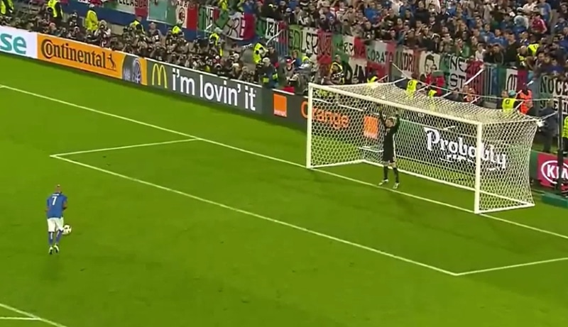 Video: Italian pelaajalta nähtiin yksi huonoimmista pilkuista ikinä