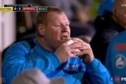 Video: Suttonin kakkosveskari söi piirakkaa vaihtopenkillä – Arsenal jyräsi jatkoon FA Cupissa