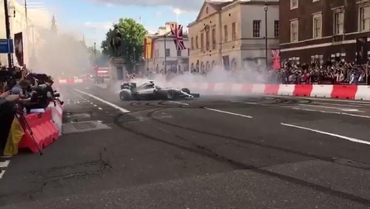 Hamilton oli bilettämässä – kaikki muut F1-kuskit saapuivat pr-tapahtumaan