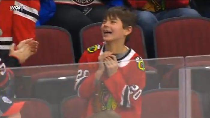 Video: Patrick Kane heitti kiekon pikkufanille – reaktio puhdasta iloa parhaimmillaan
