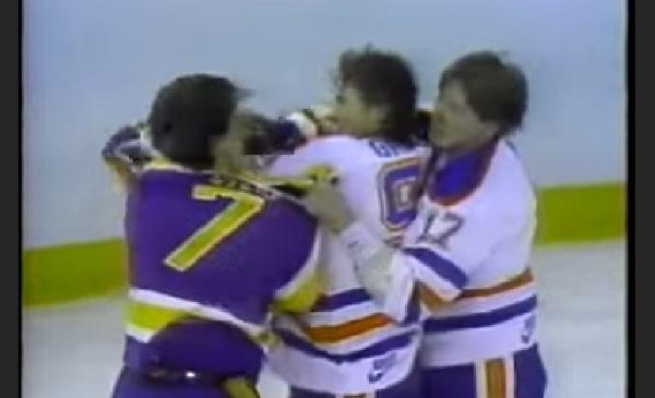 Klassikkovideo: Kurri & Gretzky lähtivät yhteistuumin vetämään vastustajaa pataan