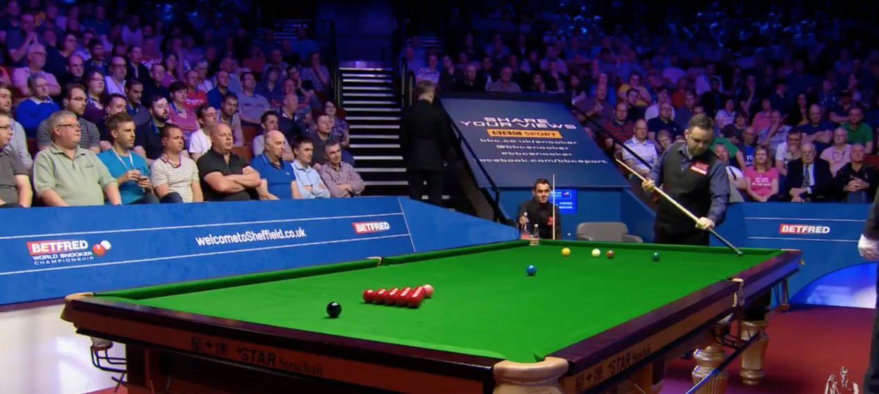 Video: Snookerin MM-kisoissa huvittava tilanne – Stephen Maguire liiskasi ampiaisen kepillään