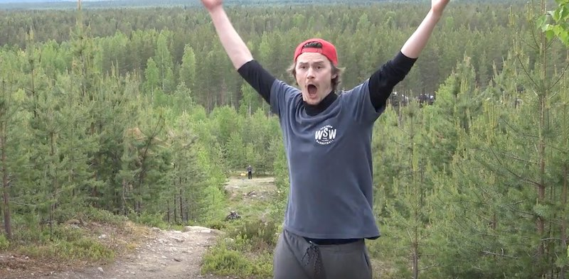 Klassikkovideo: Riku Lapinniemi heitti uskomattoman holarin frisbeegolfin Naamivaara Openissa