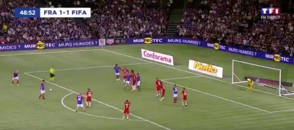 Video: Zinedine Zidane iski komean vaparimaalin legendojen ottelussa