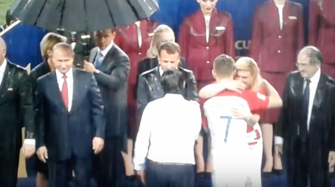 Video: Huomasitko MM-kisojen palkintoseremonian erikoisuuden? Muut kastuivat, Putin ei