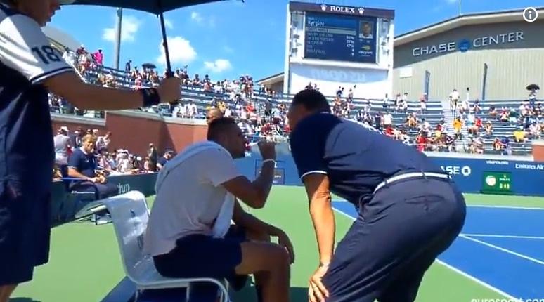 """Video: US Openissa hämmentävä tilanne – tuomari tuli alas tuolistaan ja """"tsemppasi"""" Nick Kyrgiosia"""