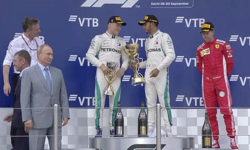 Video: Lewis Hamilton tarjosi voittopystiä Valtteri Bottakselle palkintokorokkeella