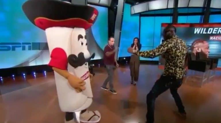 Video: Deontay Wilder löi maskottia tv-lähetyksessä – sisälle olleen henkilön nenä murtui