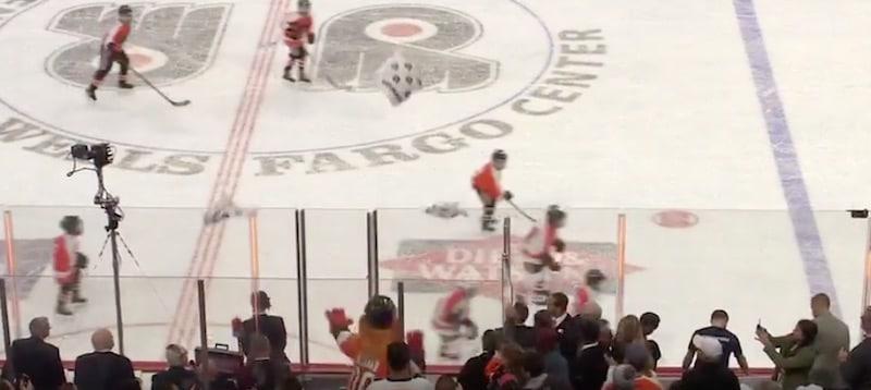 Video: Flyers-maskotti Gritty laitettiin jäähylle – tuhosi koko jäähyaition