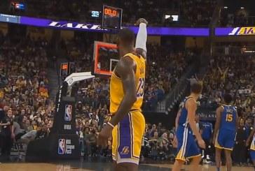 """Video: LeBron James upotti huikean """"buzzer beaterin"""" lähes puolesta kentästä"""