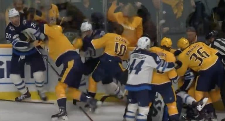 Video: Miikka Salomäki käynnisti taklauksellaan joukkotappelun NHL:ssä