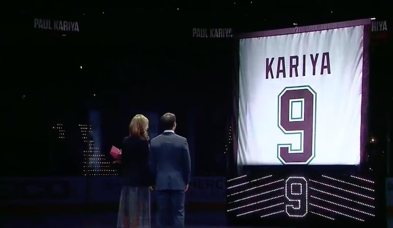 Video: Ducks-legenda Paul Kariya sai paitansa Honda Centerin kattoon