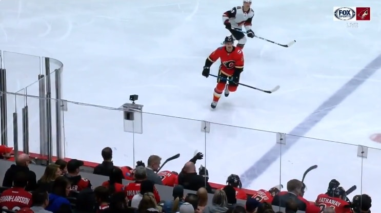 Video: Calgary-luotsi Bill Peters nappasi kiekon vastaan leuallaan