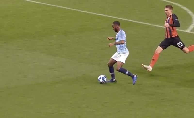 Video: Täydellinen tuomarifarssi – Manchester Citylle tuomittiin käsittämätön pilkku