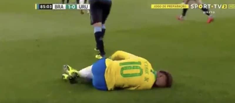 Video: Edinson Cavani sukitti Neymarin keltaisen arvoisesti