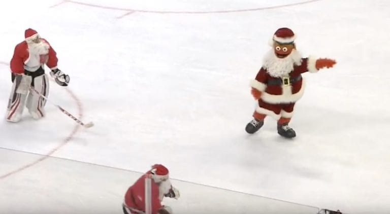 Video: Flyers-maskotti Gritty lanasi kaikki levyksi erätaukokisassa