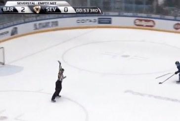 Video: KHL-pelaajalta naurettava temppu – yritti estää maalin mailan heitolla