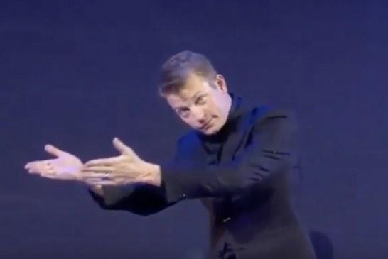 """Video: Kimi Räikkönen harvinaisen hilpeänä päätösgaalassa– """"100% humalassa"""""""