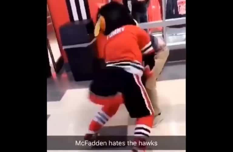 Video: Chicago Blackhawksin maskotti otti myllyt fanin kanssa