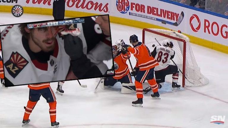 Video: NHL:ssä hurja tilanne – Conor Garland teki maalin silmäkulmallaan