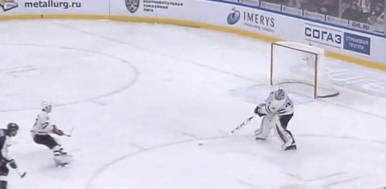 Video: KHL:ssä kauden koomisin oma maali – maalivahdin purkukiekko oman pelaajan kasvoista sisään
