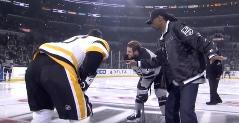 """Video: Räppäri Snoop Dogg selosti NHL-ottelua suorassa lähetyksessä – """"Doughty, Doughty, minun koirani"""""""