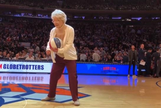 """Video: """"Vanha mummo"""" kutsuttiiin kentälle – sitten alkoikin tapahtua ihmeitä"""