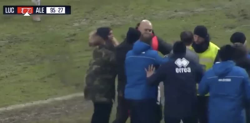 """Video: Italialaisvalmentaja teki """"zidanet"""" – sai viiden kuukauden toimitsijakiellon"""