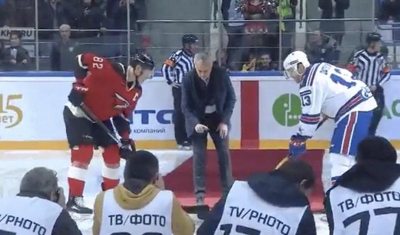 Video: Jose Mourinho pudotti aloituskiekon KHL:ssä – veti järjettömät pannut