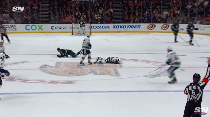 Video: Ryan Getzlaf taklasi Jake Virtasta rajusti -