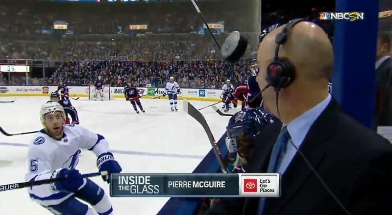 Video: Pierre McGuire oli koomisen lähellä saada kiekon päähänsä – NBC julkaisi huikean hidastuksen tilanteesta