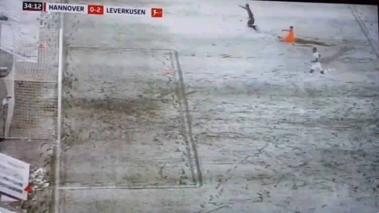 Video: Bundesliigassa äärettömän koominen tilanne – lumi pelasti Lukas Hradeckyn