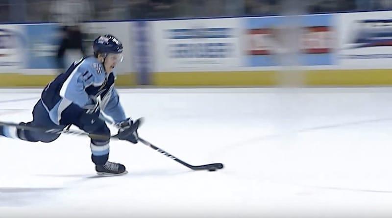 Video: Eeli Tolvanen taituroi uskomattoman osuman – viimeisteli kiekon kaatuessaankin